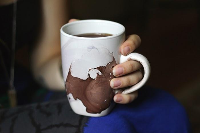 DIY (uradi sam) šoljice za kafu mramornom tehnikom.
