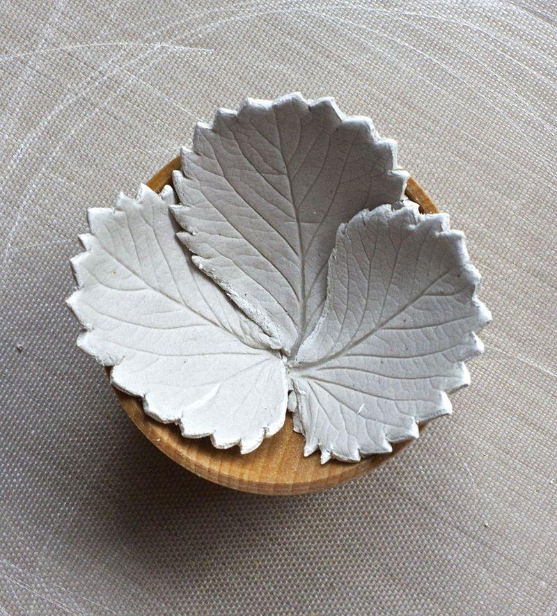 Hladni porcelan - činija u obliku lista.