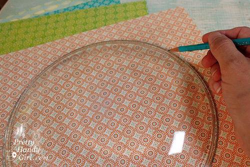 Iscrtajte olovkom rub tanjira na salvetu/papir.