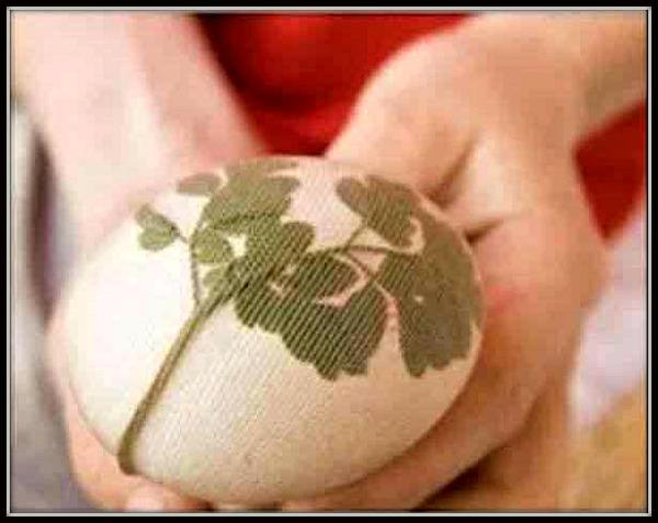 Zategnite najlon čarapu preko dekorativnog lista na jajetu.