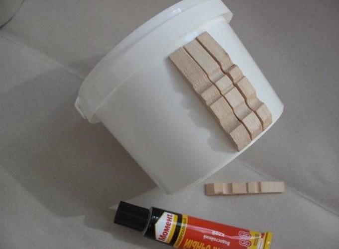 Lepite štipaljke na plastičnu kanticu